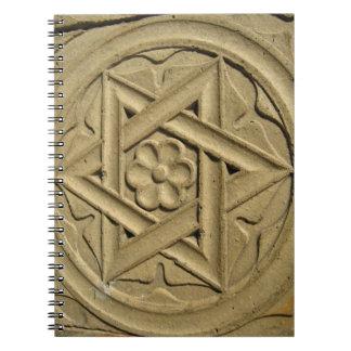 La estrella de David grabó en la piedra - judaísmo Libretas Espirales