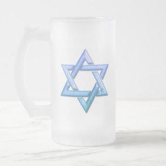 La estrella de David heló la taza de cerveza