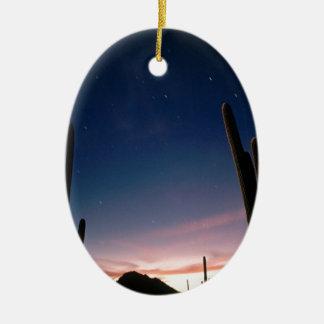 La estrella de los desiertos arrastra el Saguaro Adorno Navideño Ovalado De Cerámica
