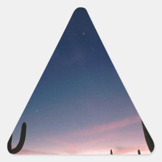 La estrella de los desiertos arrastra el Saguaro Pegatina Triangular