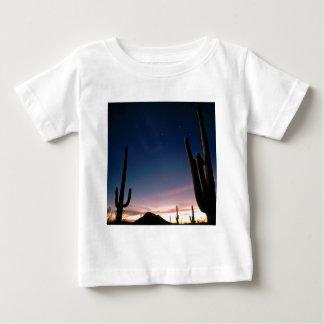 La estrella de los desiertos arrastra el Saguaro Playera De Bebé