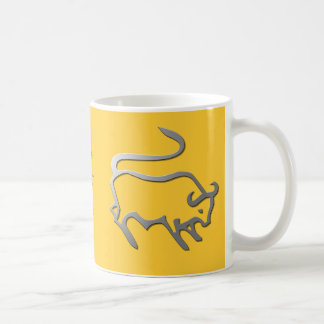 La estrella del zodiaco del tauro firma adentro la taza básica blanca
