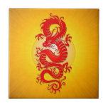 La estrella estalló el dragón chino, el rojo y el  tejas  cerámicas