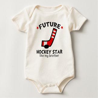 La estrella futura del hockey tiene gusto de mi mameluco