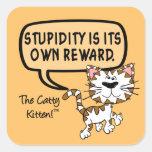 La estupidez es su propia recompensa pegatina cuadrada