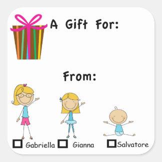 La etiqueta adorable del regalo con 3 niños nombra