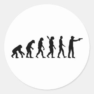 La evolución se divierte el tiroteo pegatina redonda