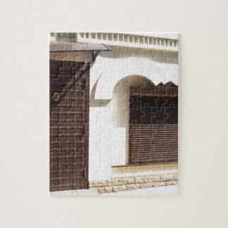La fachada de una pequeña casa puzzles con fotos