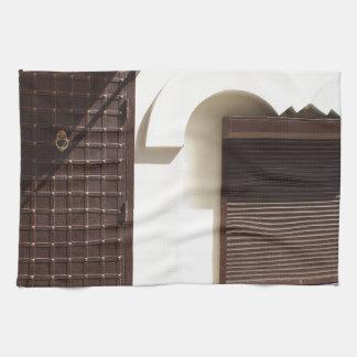 La fachada de una pequeña casa toalla de cocina