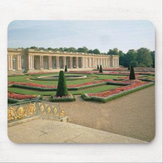 La fachada del jardín del Trianon magnífico 1687 Alfombrillas De Ratones