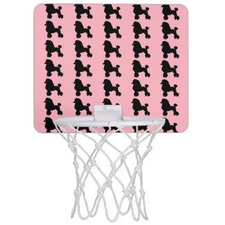 La falda rosada del caniche inspiró el mini aro de canasta mini