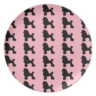 La falda rosada del caniche inspiró la placa de la plato para fiesta