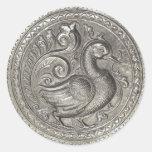 La falsa plata grabada en relieve del pavo real etiqueta redonda
