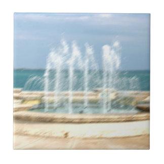 La falta de definición coralina del agua del cielo azulejo cuadrado pequeño