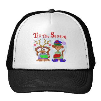 La familia acaricia los regalos de vacaciones gorra