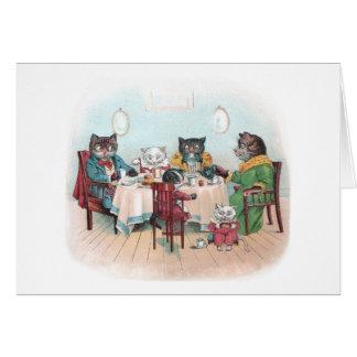 La familia de gato se sienta para desayunar tarjeta