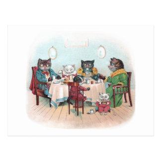 La familia de gato se sienta para desayunar postales