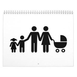 La familia embroma el cochecillo de bebé calendario