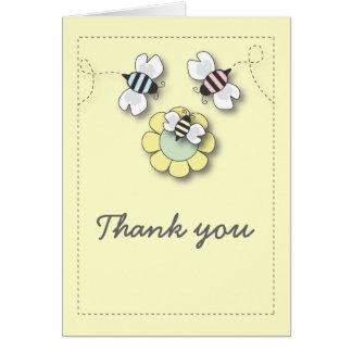 La familia feliz de la abeja en neutral le tarjeta pequeña