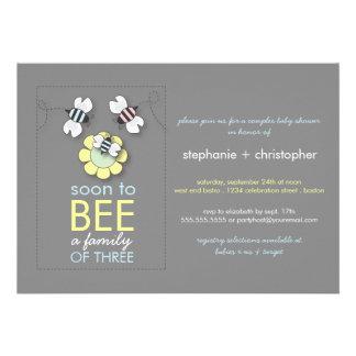 La familia moderna a la abeja junta la fiesta de b invitaciones personales
