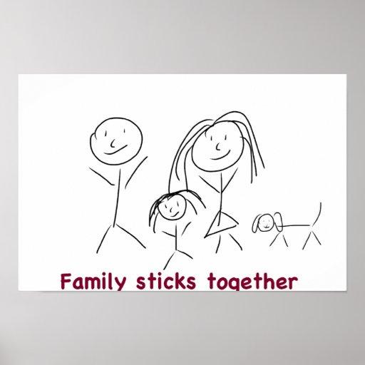 La familia pega junta el poster