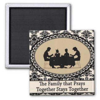 La familia que ruega junta el imán