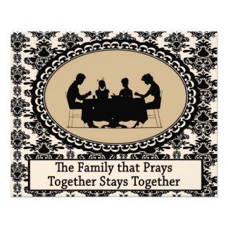La familia que ruega junta la foto fotografías