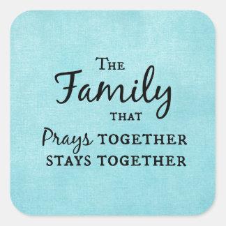 La familia que ruega junta, permanece junta pegatina cuadrada