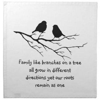 La familia tiene gusto de ramas en un árbol que di servilletas