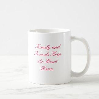 La familia y los amigos mantienen el corazón calie taza de café