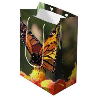 La fauna de las mariposas de monarca florece bolsa de regalo mediana