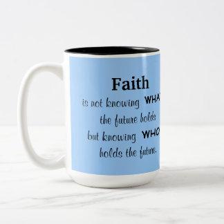 La fe está sabiendo quién lleva a cabo el futuro taza de dos tonos