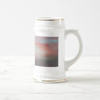 La fe levanta nuestras bebidas espirituosas jarra de cerveza