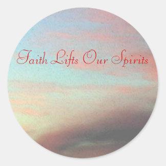 La fe levanta nuestras bebidas espirituosas etiqueta redonda