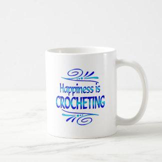 La felicidad Crocheting Taza Básica Blanca