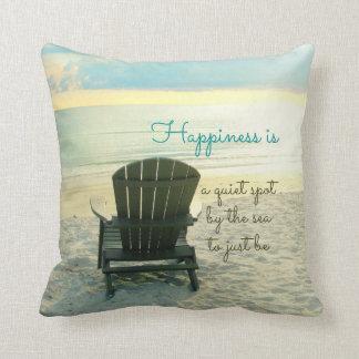 La felicidad es almohada de la playa de la silla