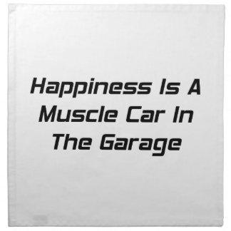 La felicidad es un coche del músculo en el garaje servilleta