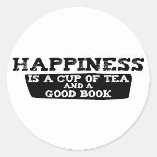 La felicidad es una taza de té y de un buen libro pegatina redonda