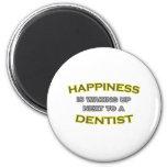 La felicidad está despertando al lado de un dentis imán de frigorífico