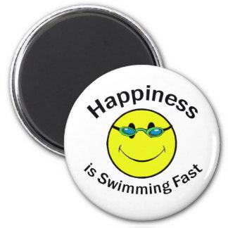 La felicidad está nadando rápidamente imán redondo 5 cm