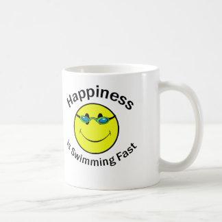 La felicidad está nadando rápidamente taza