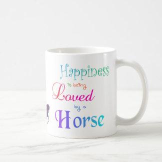 La felicidad está siendo amada por una taza del ca