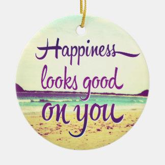 La felicidad parece buena en usted adorno navideño redondo de cerámica
