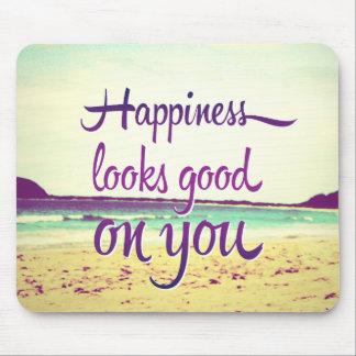 La felicidad parece buena en usted tapete de ratones