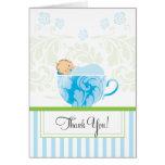 La fiesta de bienvenida al bebé azul de la taza de tarjeton