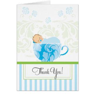 La fiesta de bienvenida al bebé azul de la taza de tarjeta pequeña