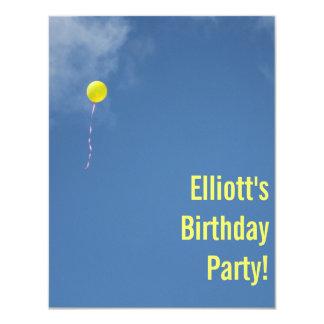 """La fiesta de cumpleaños amarilla del cielo azul invitación 4.25"""" x 5.5"""""""