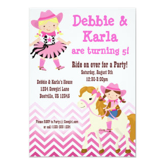 La fiesta de cumpleaños gemela rosada de las invitaciones personalizada