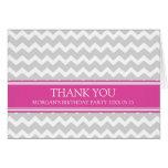 La fiesta de cumpleaños gris rosada de Chevron le  Felicitaciones