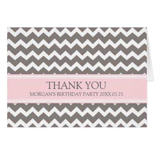 La fiesta de cumpleaños gris rosada de Chevron le  Tarjetón